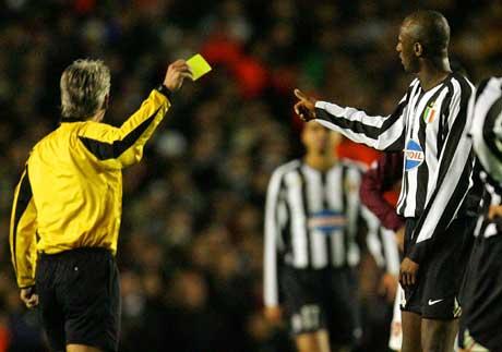 Patrick Vieira fikk gult kort av den svenske dommeren Peter Frojfeldt. (Foto: Reuters/Scanpix)