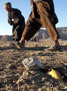 Afghanistan er ett av landene i verden som er hardest rammet av miner og klasebomber. Her en udetonert del av en klasebombe, en såkalt blindgjenger (foto: AP/Scanpix)