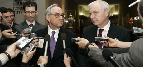 Britenes FN-ambassadør Emyr Jones Parry (t.h.) og Jean Marc de La Sabliere, Frankrikes FN-ambassadør, snakker med journalister etter nattens møte mellom de fem permanente medlemmene i Sikkerhetsrådet i New York. (Foto: D.Karp, AP)