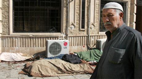 Flere butikkansatte ble drept i et angrep i Irak i dag. (Foto: AP /Hadi Mizban)