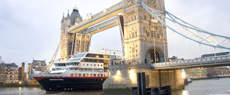 MS «Midnatsol» passerer under Tower Bridge og er snart tilbake i ordinær rute. Foto: James McDonald