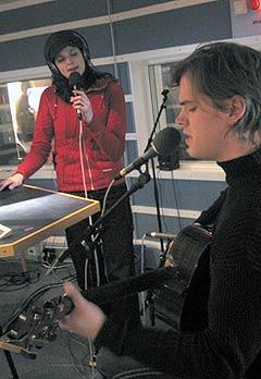 Karin Park og broren David spilte og sang for NRK P1 sine lyttere. Foto: Per Kristian Johansen, NRK.