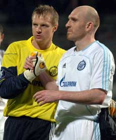Vlacheslav Malafeev trøster Erik Hagen etter at han ble utvist (Foto: AP Photo/Claude Paris)