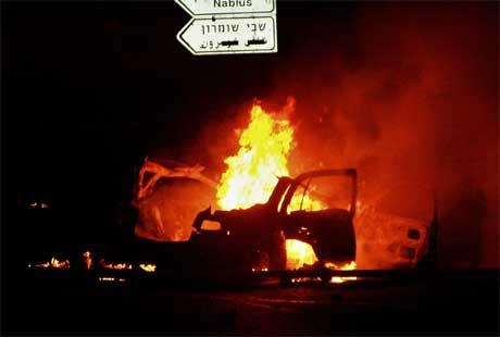 Fire israelere ble drept da en palestinsk selvmordsbomber sprengte seg i luften i en bil på Vestbredden i går kveld. (Foto: AFP/Scanpix)