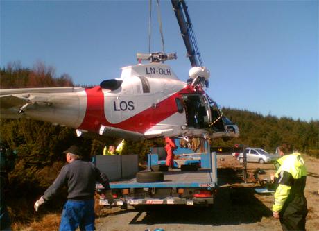 Helikopteret løftes over på lastebil. (Foto: Gisle Jørgensen, NRK)