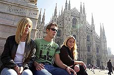 Studenter foran katedralen i Milano. Foto Scanpix.