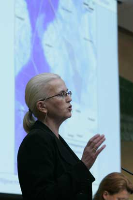 Helen Bjørnøy presenterer regjeringens kompsomiss. Foto: Heiko Junge, Scanpix.