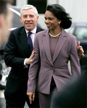 Bestevenner: I går var Condoleezza Rice og Jack Straw i Blackburn i England, i dag har de reist til Irak. (Foto: Matt Dunham/AP/Scanpix)