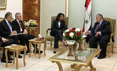 Straw og Rice i samtale med Iraks president Jalal Talabani (t.h.) i dag. (Foto: Ali Haider/Reuters/Scanpix)
