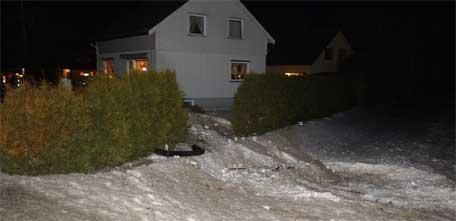 Volvoen braste over et jorde og gjennom hekken før det traff huset, foto: Carl-Erik Larsson