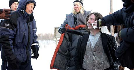 Nils Gaup instruerer Mikael Persbrandt under inspillingen av Kautokeinoopprøret. Foto: Scanpix