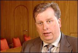 – Pengane skal gå til barn og ungdom, seier Atle Hamar, direktør i Lotteritilsynet. Foto: NRK/Brennpunkt