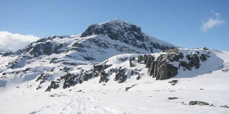 Mye vann i magasinene, men lite snø på fjellet gir høyere priser. (Foto: Eva Stabell, NRK)