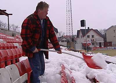 Tribunene er fortsatt fulle av snø - og matta er klissbløt. Fredrikstad Stadion FFK (Foto: Tor René Stryger)