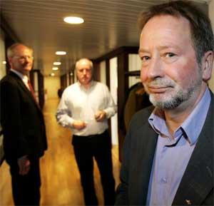 Forhandlingsleder Arve Bakke i Fellesforbundet (t.v.) og Oskar Rønbeck i Byggenæringens Landsforening sammen med meklingsmann Geir Engebretsen (t.hø.)(Foto: Foto: Lise Åserud/Scanpix)