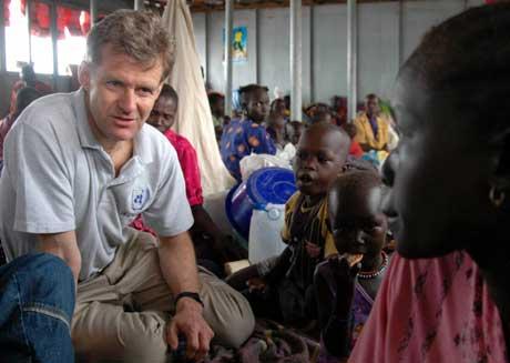 Jan Egeland (t.v.) i samtale med en sudanesisk flyktning (Scanpix/ Reuters)