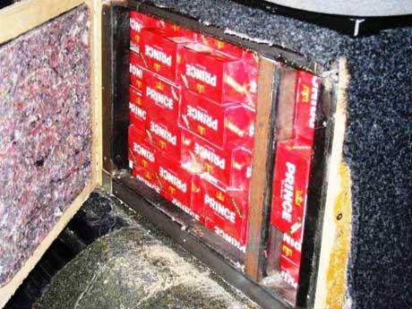 Sigarettene var skjult i hemmelige rom i bilen. Som her, under setene. (Foto: Tollvesenet)