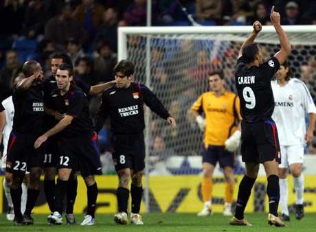 John Carew og Lyon-spillerne jubler etter at han scoret i bortekampen mot Real Madrid 23. november 2005. (Foto: AFP/Scanpix)