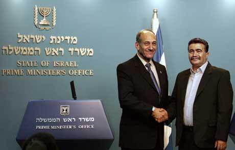 Olmert (t.v.) og Peretz før de kunngjorde samarbeidet (Scanpix/AP)