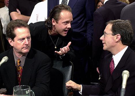 Metallicas Lars Ulrich (midten) snakker med Napster-sjef Hank Barry (t.h.) under en komitehøring i det amerikanske Senatet i 2000. Roger McGuinn i The Byrds til venstre. Metallica hadde saksøkt Napster. Foto: AP / Scanpix.