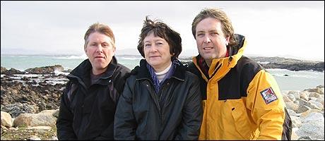 Tore med to av Alf Hardys barn, Ken Harald Nikolai Havre og Tove Hardy Havre, i Irland (Foto: NRK)