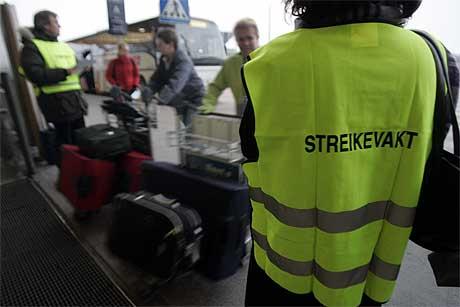 Streikevaktene gjør sitt beste for å forklare de reisende hvorfor kabinpersonalet streiker. (Foto: Cornelius Poppe, Scanpix)