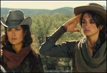"""Penelope Cruz og Salma Hayek prøver seg som bankrøvere i """"Bandidas"""" (Foto: Nordisk Film)"""