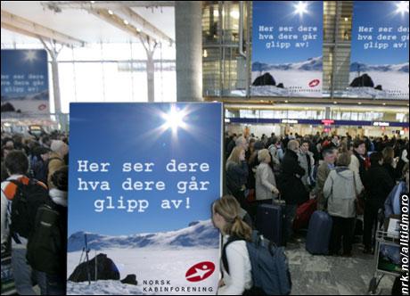 Streik og kaos på Gardermoen, og for å strø salt i sårene satte Norsk Kabinforening i dag opp store plakater med en melding til fortvilte påskereisende. (Alltid Moro. Originalfoto: Scanpix)