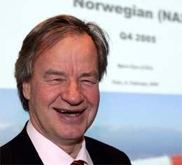 Adm. direktør i Norwegian Bjørn Kjos har grunn til å smile. Streiken i SAS Braathens er positiv for Norwegian. (Foto: Knut Falch/Scanpix)