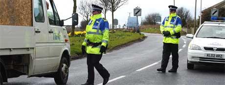 Politi sjekker kjøretøy i Cellardyke i Scotland etter funnet av den farlige varianten av fugleinfluensaviruset. (Foto: Reuters/Scanpix)