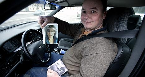 Nederlenderen Gert van der Graaf er dømt til å holde seg på avstand av tidligere ABBA-sanger Agnetha Fältskog. Her er han i bilen sin med et bilde av Agnetha. Foto: Suvad Mrkonjic, Expressen / Scanpix.