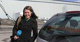 Anne Torhild Nilsen møter folk på vei til påskeferien (foto: Gunnar Kleiberg)