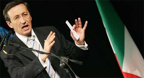 Meningsmålinger viser at Gianfranco Fini er den mest populære lederen på høyresiden.(Foto: AP, Paco Serinelli)