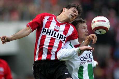 PSVs Phillip Cocu i kamp med Groningens Rasmus Lingren. (Foto: AP/Scanpix)