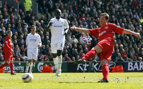 Robbie Fowler scorer vinnermålet mot Bolton. (Foto: Reuters/Scanpix)