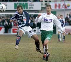 Vikings Trygve Nygaard ( til venstre) i duell med Espen Haug. (Foto: Cornelius Poppe / SCANPIX)