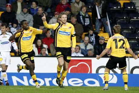 Lillestrøms Frode Kippe ( i midten) blir tiljublet av Bjørn Helge Riise( til høyre) og Olivier Occean etter å ha scoret 1-0-målet. ( Foto: Tor Richardsen / SCANPIX )