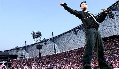 Robbie Williams vil at fansen skal følge ham på mobilen. Foto: Scanpix.
