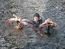 Her kommer dykkeren med godsakene. Foto Liv Rønneberg/NRK.