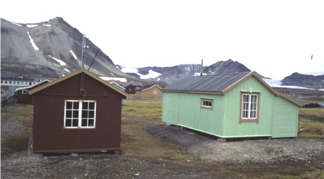 De knøttsmå stigerboligene (stiger=arbeidsformann) i Ny-Ålesund var familieboliger med stue,kjøkken og to soverom.