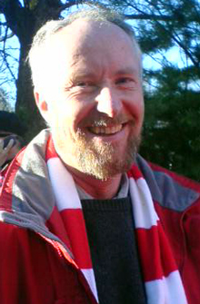 """Hele Fredrikstad"" er på plass i premieren. Ordfører Ole Haabeth har funnet veien til stadion. Foto: Helene Hillestad, NRK"