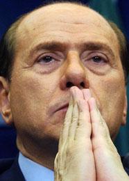 Berlusconi later til å be en bønn (Scanpix/AP)