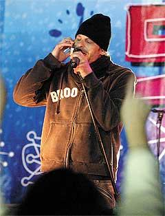 The Gin Blossoms-vokalist Robin Wilson synger til fansen i mobilen. Foto: Scanpix.