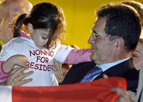 Romano Prodi er sikker på siger. Her feirar han saman med barnebarnet Chiara. (Foto: Reuters/Scanpix)