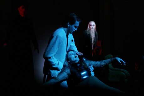 Henrik Rafaelsen, her i rollen som Peer Gynt, innrømmer for Dovregubben (Harald Heide-Steen jr) og Dovregubbens datter (Gjertrud Junge) at han slett ikke er noen kongesønn. Dette Foto: Scanpix