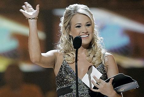 Carrie Underwood mottar prisen for beste gjennombruddsvideo på CMT Awards. Foto: John Russell, AP Photo / Scanpix.