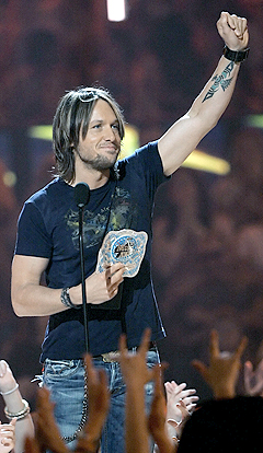 Keith Urban, som også underholdt på showet, fikk prisen for beste video. Foto: Scott Gries / Getty Images / AFP Photo / Scanpix.