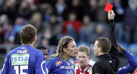 Daniel Berg Hestad får rødt kort av dommer Svein Oddvar Moen, men nå har Moldes Matej Mavric og Tromsø-spiller Kenny Stamatopolous også blitt utestengt. (Foto: Gorm Kallestad / SCANPIX)