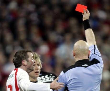 Dommer Tom Henning Øvrebø gir Trond Erik Bertelsen rødt kort. (Foto: Morten Holm / SCANPIX)