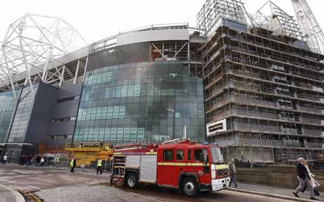 En brannbil utenfor Old Trafford onsdag. (Foto: Reuters/Scanpix)